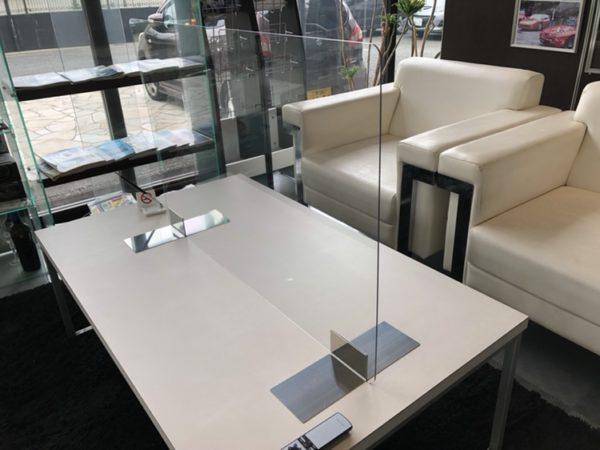 接客用のテーブルへアクリルパネルを設置